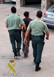 guardiacivil con uno de los detenidos